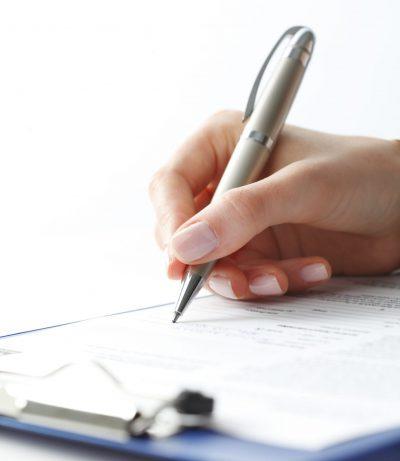 Frau beim Ausfüllen eines Formulars